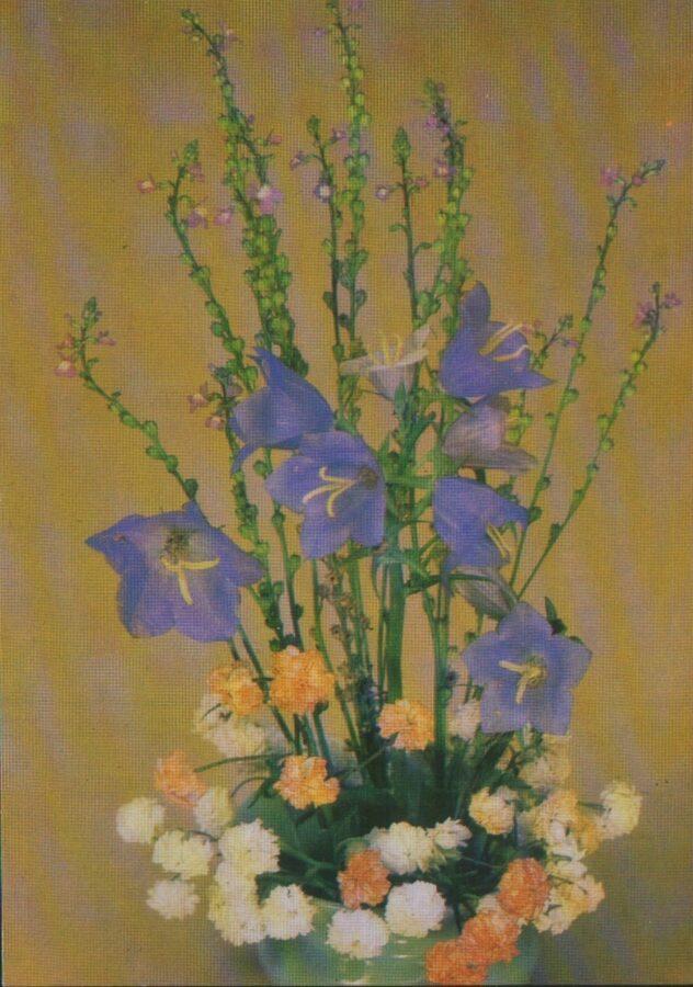 """Apsveikuma pastkarte """"Ziedi"""" 1983. gada Neļķes un zilie ziedi """"Planeta"""" 10,5x15 cm"""