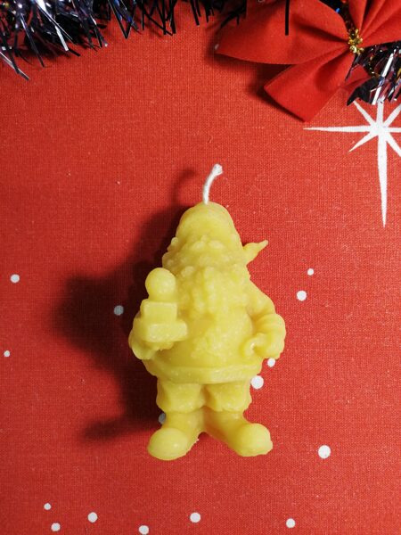 """Ziemassvētku svece no bišu vaska """"Ziemassvētku vecītis"""" 7 cm."""