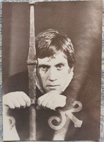 Pastkarte Vladimirs Visockis Hamleta lomā Foto V. Plotņikovs 1988.gada izdevniecība Planeta 10,5x15 cm PSRS