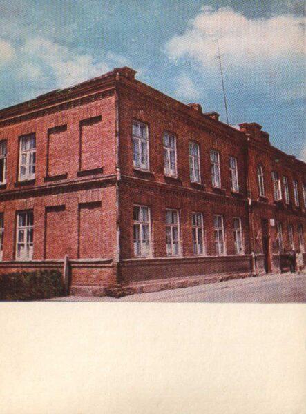 Lietuva. Telši 1975. gada pastkarte. Bijušās Revolucionārās militārās komisijas māja. 10x14 cm (LT: Telšiai)