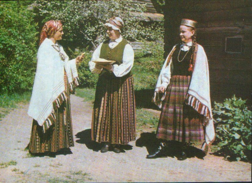 Latviešu tautas tērpi. Zemgale. 1972. gada pastkarte 15x10,5 cm L. Baloža foto.