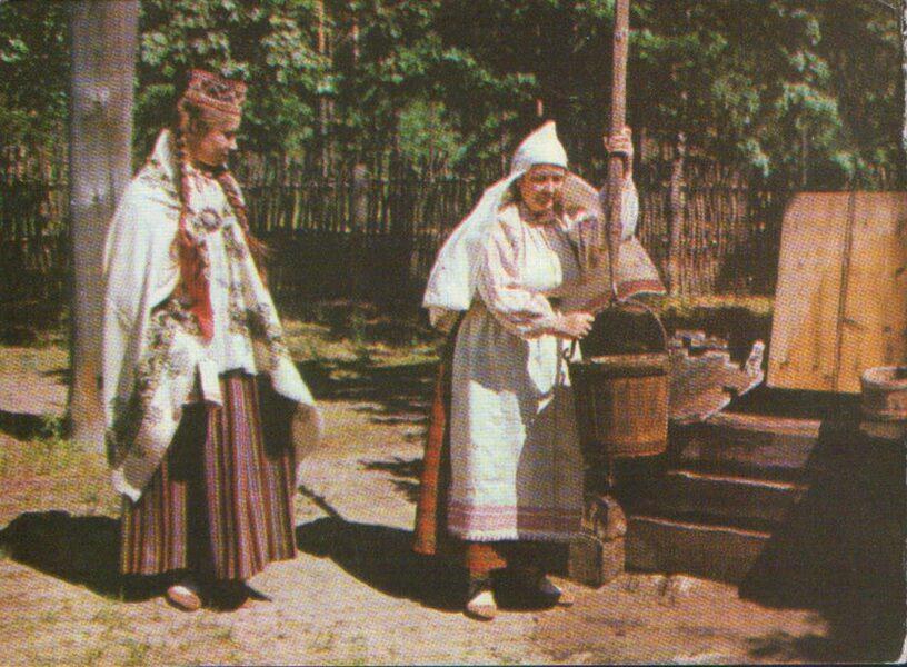 Latviešu tautas tērpi. Augšzeme. Nereta un Bebrene. 1972. gada pastkarte 15x10,5 cm L. Baloža foto.