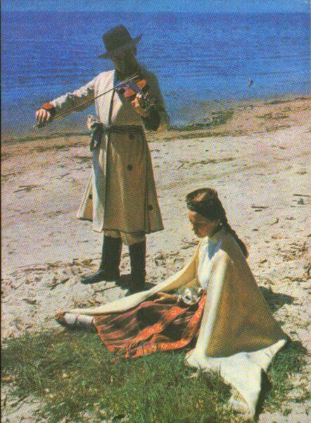 Latviešu tautas tērpi. Vidzeme. Alūksne. 1972. gada pastkarte 10,5x15 cm L. Baloža foto.