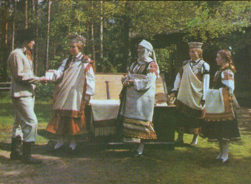 Latviešu tautas tērpi. Kurzeme. Nīca, Rucava un Bārta. 1972. gada pastkarte 15x10,5 cm L. Baloža foto.