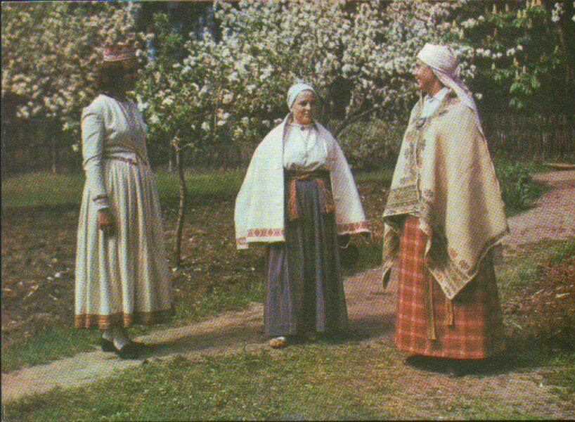 Latviešu tautas tērpi. Latgale. Abrene. Istra un Vārkava. 1972. gada pastkarte 15x10,5 cm L. Baloža foto.