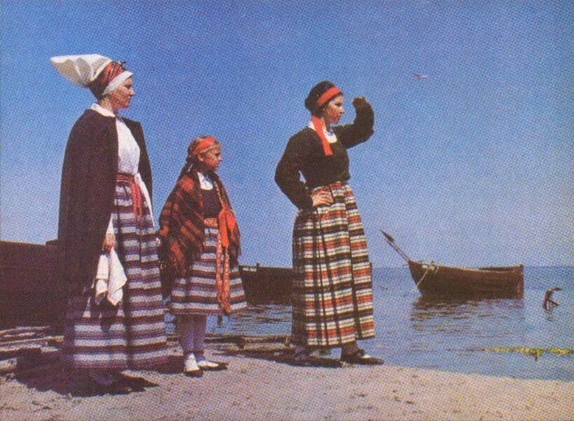 Latviešu tautas tērpi. Vidzeme. Liepupe. 1972. gada pastkarte 15x10,5 cm L. Baloža foto.