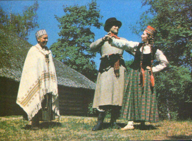 Latviešu tautas tērpi. Vidzeme. Cesvaine un Virāne. 1972. gada pastkarte 15x10,5 cm L. Baloža foto.