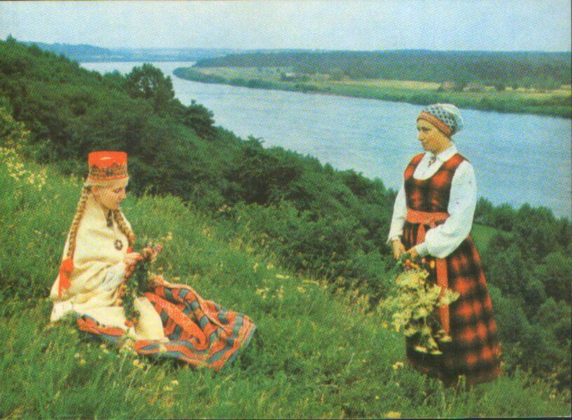 Latviešu tautas tērpi. Vidzeme. Lielvārde. 1972. gada pastkarte 15x10,5 cm L. Baloža foto.