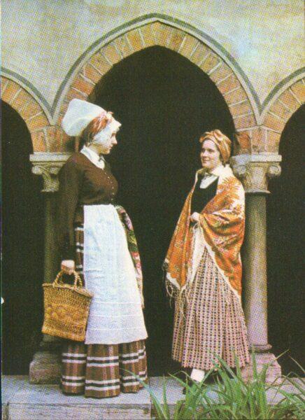 Latviešu tautas tērpi. Vidzeme. Rīgas apkārtne. 1972. gada pastkarte 15x10,5 cm L. Baloža foto.