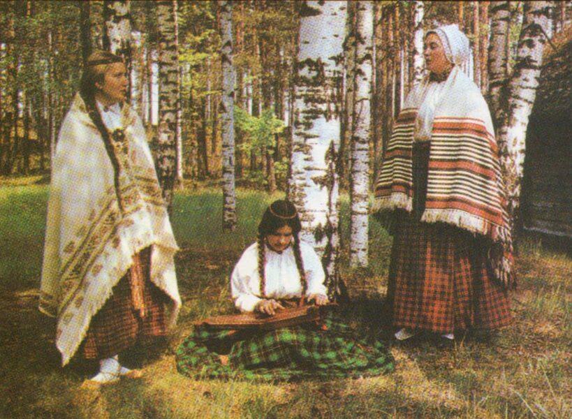 Latviešu tautas tērpi. Vidzeme. Krustpils. 1972. gada pastkarte 15x10,5 cm L. Baloža foto.