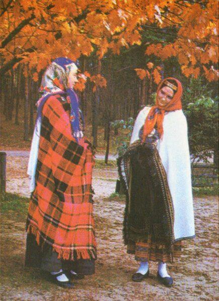 Latviešu tautas tērpi. Kurzeme. Kuldīga. 1972. gada pastkarte 15x10,5 cm L. Baloža foto.