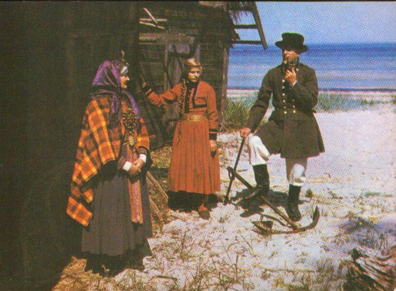 Latviešu tautas tērpi. Kurzeme. Alsunga. 1972. gada pastkarte 15x10,5 cm L. Baloža foto.