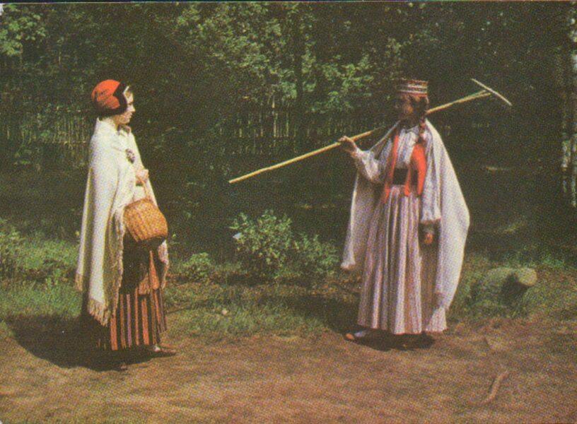 Latvian folk costumes. Vidzeme. Kosa and Ergli Postcard 1972 15x10.5 cm Photo by L. Balodis