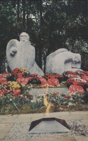 Sigulda 1981. gads Latvijas PSR. Piemineklis padomju karavīriem. Tēlnieks Indulis Ranka. 9x14 cm.