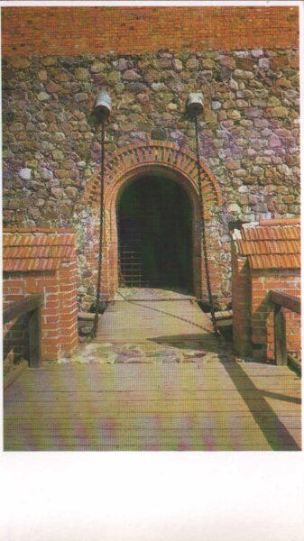 Lietuva. Traķi. 1981. gada pastkarte. Vārti galvenajā tornī uz salas. 9,5x16,5 cm