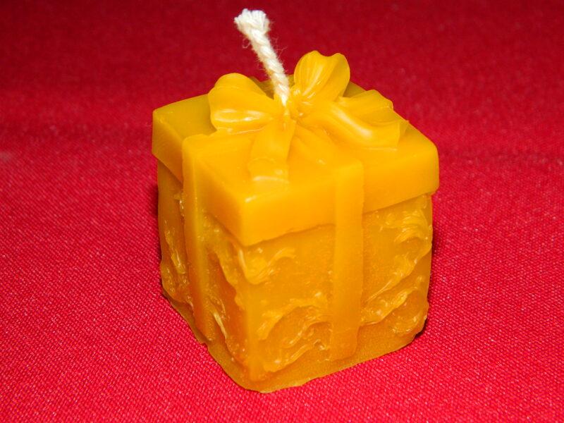 """Ziemassvētku svece no bišu vaska """"Dāvanu kastīte Ziemassvētku"""" 5 cm."""