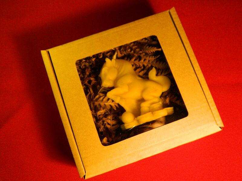 """Ziemassvētku svece no bišu vaska """"Vērša gads"""" 8 cm."""